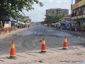 Travaux de réhabilitation des routes sur l'avenue du Stade dans la commune de Kalamu le 08/04/2013 à Kinshasa. Radio Okapi/Ph. John Bompengo
