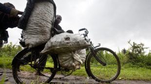 Villageois transportant des articles sur un vélo à la frontière entre le Rwanda et la RDC © MONUSCO/Sylvain Liechti